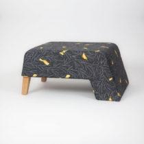 Čierna podnožka s drevenými nohami Kate Canarito