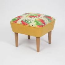 Taburet s drevenými nohami Damo Sandia, 45 × 45 cm
