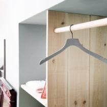 Sivozelený drevený vešiak na kabáty Compactor Hanger